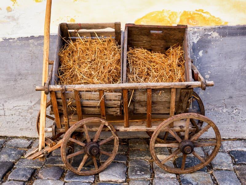 Vieux chariot de foin photographie stock libre de droits