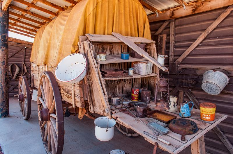 Vieux chariot en bois avec des approvisionnements image stock