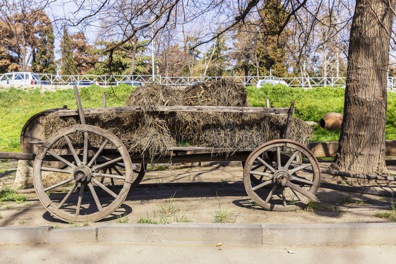 Vieux chariot en bois avec le foin photos libres de droits