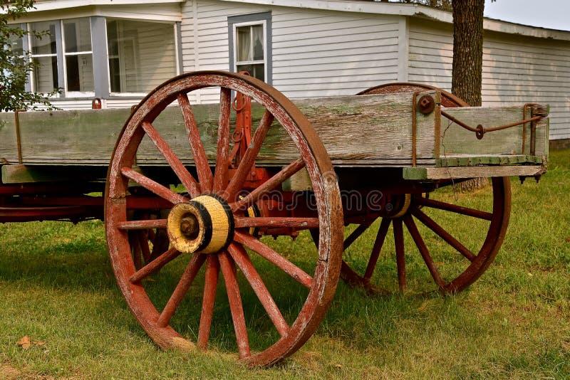 Vieux chariot en bois avec les roues spoked image libre de droits