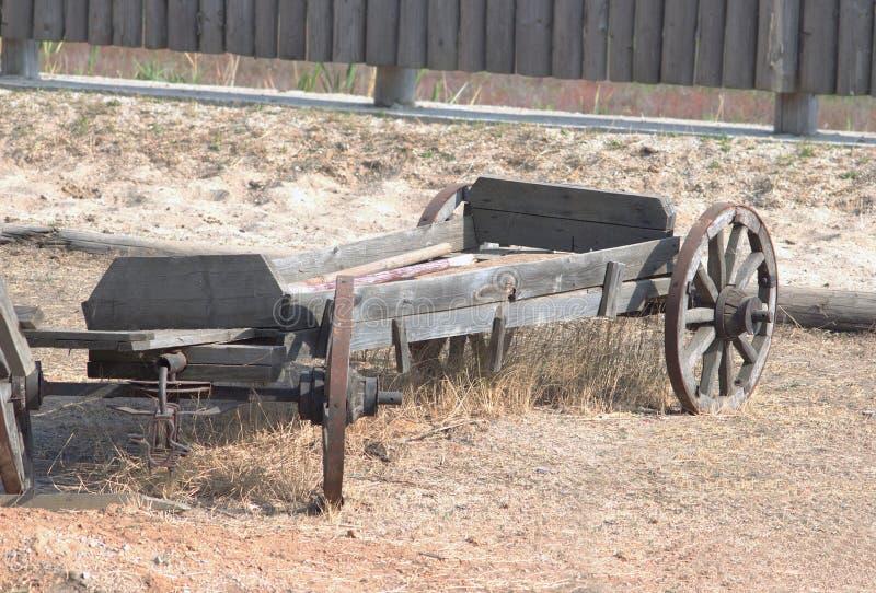 Vieux chariot en bois dans la cour de pays images libres de droits