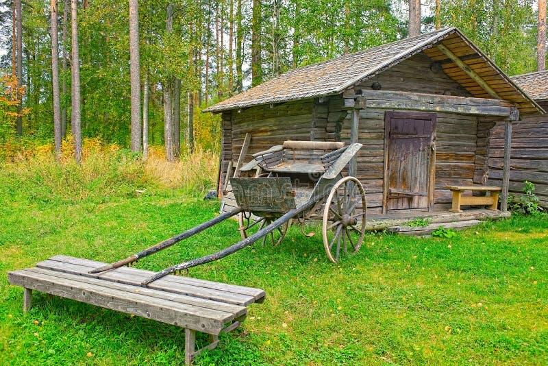 Vieux chariot en bois devant la grange de logarithme naturel image stock