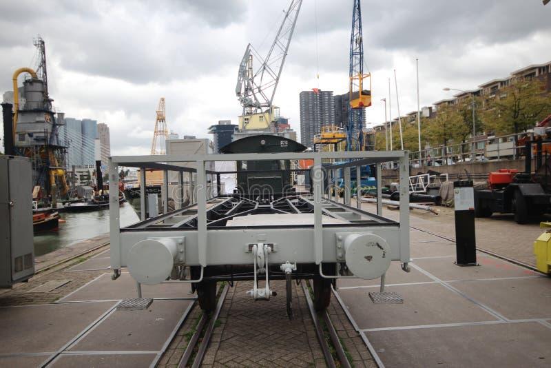 Vieux chariot et grue de train sur le quai dans le musée de port de Rotterdam photographie stock libre de droits