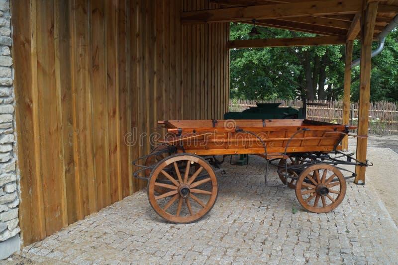 Vieux chariot hippomobile dans le rétro style photo stock