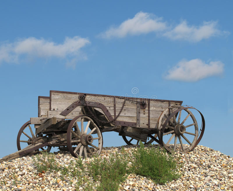 Vieux chariot hippomobile en bois de ferme. photographie stock