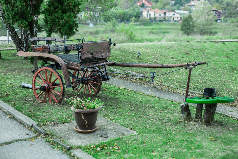 Vieux chariot sur le champ images stock