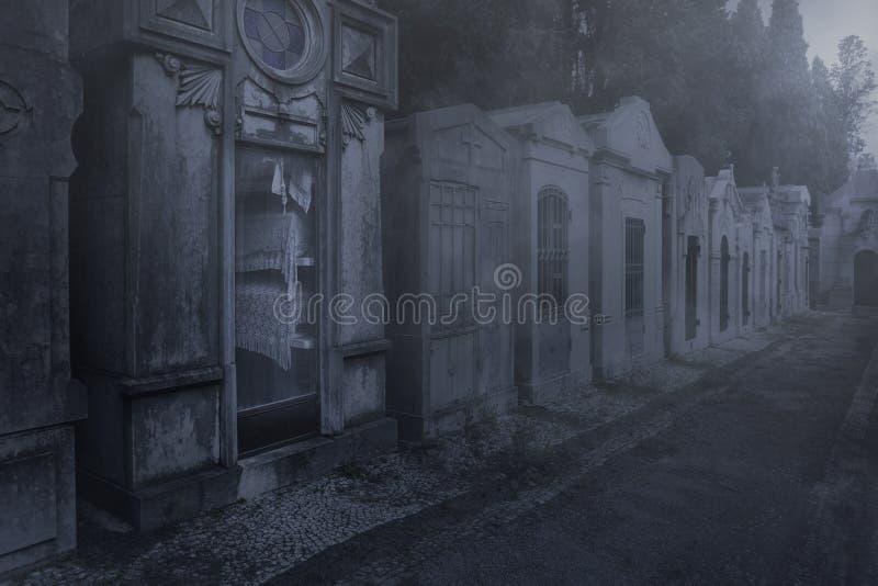Vieux cimetière éclairé par la lune rampant photo libre de droits
