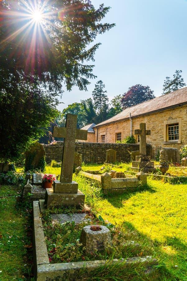 Vieux cimetière anglais médiéval, pierres tombales, les vieux Anglais typiques image libre de droits