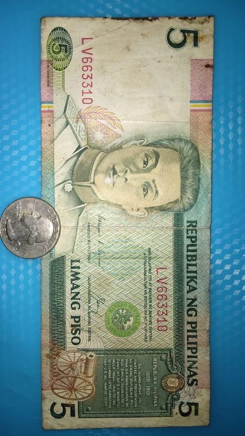 Vieux cinq peso philippin 1989 et vieux nous dollar 1949 de pièce de monnaie photos stock