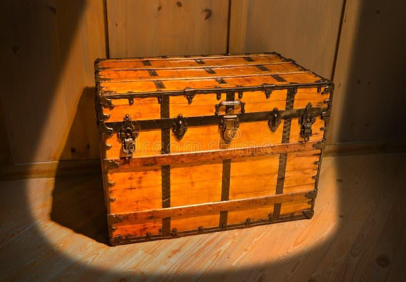 Vieux coffre au trésor antique mystérieux dans le grenier photo stock