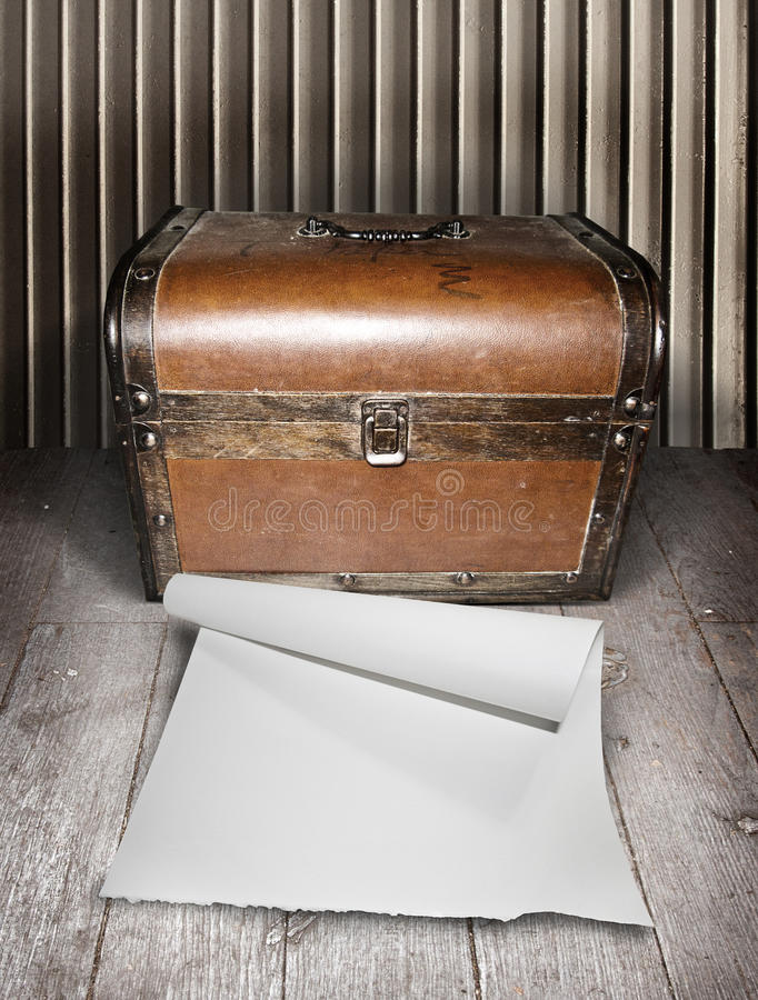 Vieux coffre et papier blanc image stock