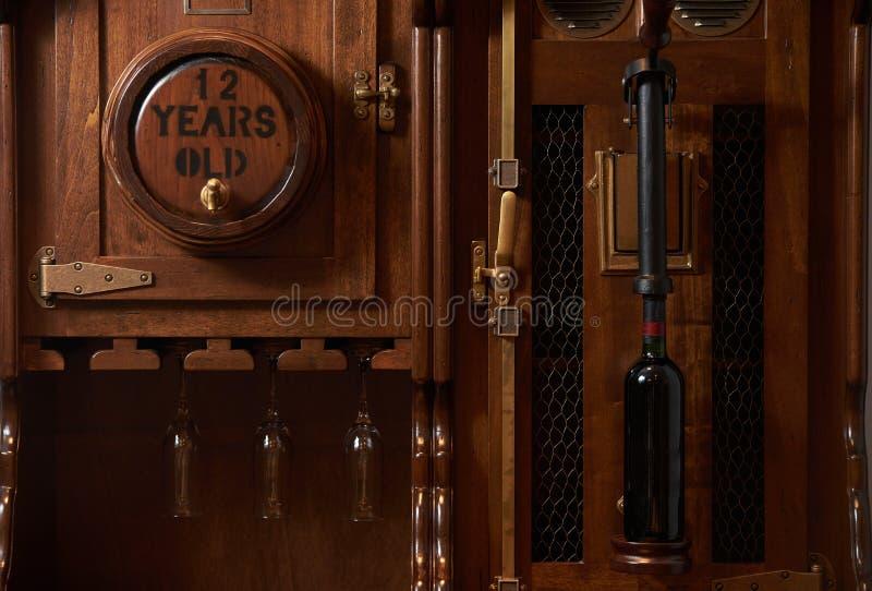 Vieux coffret de baril de vin de vintage avec la bouteille de vin rouge, fin-u images libres de droits