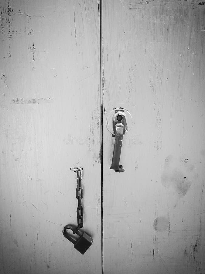 Vieux coffret en acier avec la chaîne et clé en mode noir et blanc de couleur image stock