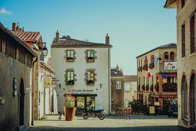 Vieux coin de la rue dans la ville de Clisson dans le vignoble près de la ville de Nantes, la Bretagne, France architecture typiq image libre de droits