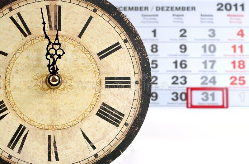 Vieux colck avec le calendrier photographie stock