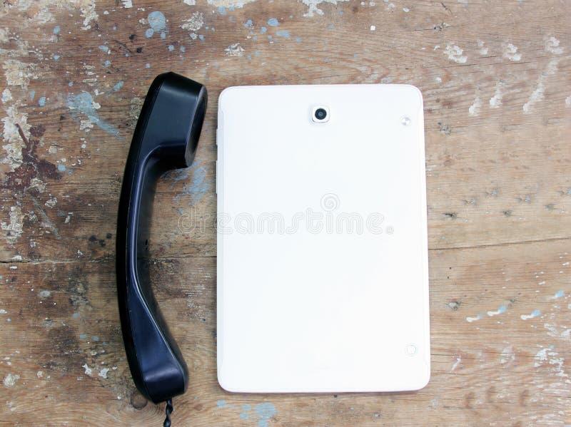 Vieux combiné de téléphone avec le PC de comprimé images libres de droits