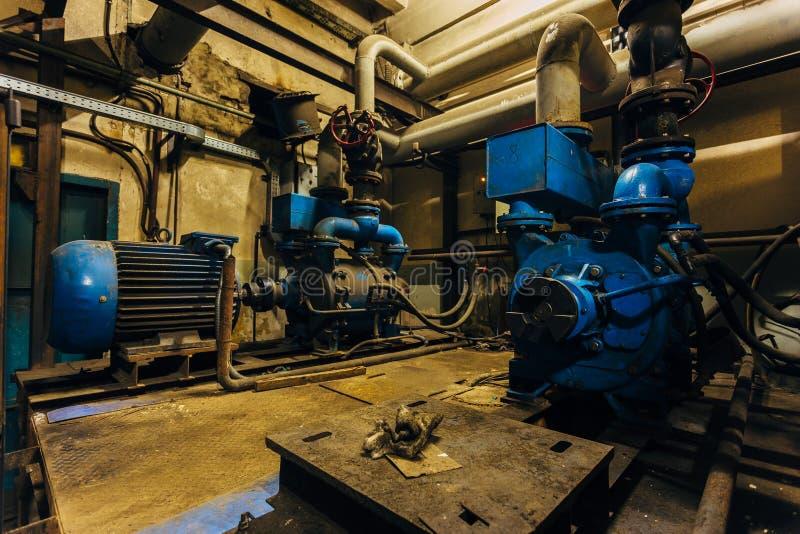 Vieux compresseurs électriques industriels dans la cave sous l'usine photo stock