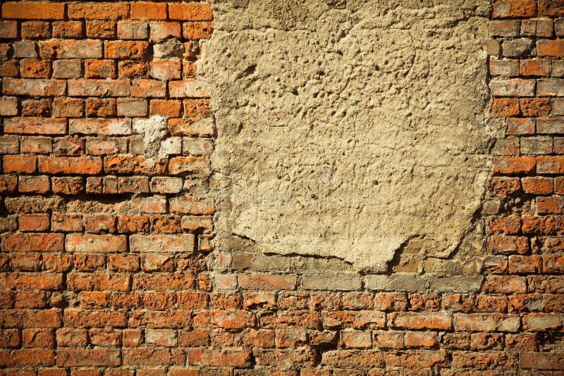 Vieux concreted embarqué vers le haut de la fenêtre sur un mur de briques rouge abandonné images stock