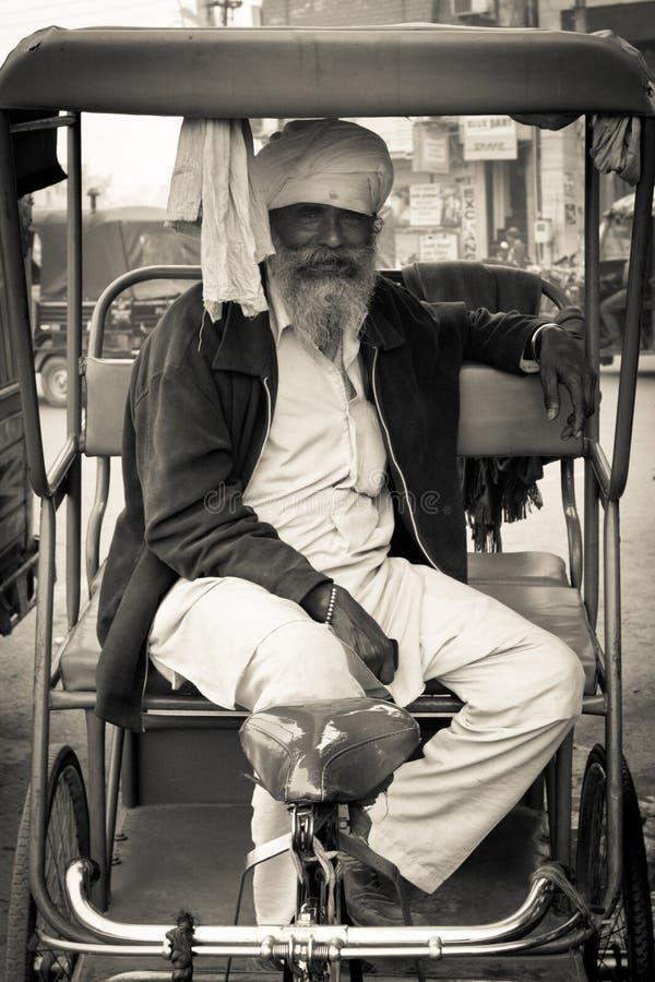 Vieux conducteur de pousse-pousse d'Amritsar, Pendjab, Inde images stock
