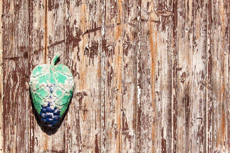 Vieux conseil de épluchage en bois Vieilles planches peintes brunes sur un mur de maison Vieille couleur Effets de temps sur le r image stock