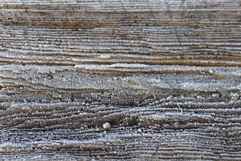 Vieux conseil en bois rural avec le givre gentil en hiver, ressort, automne photographie stock