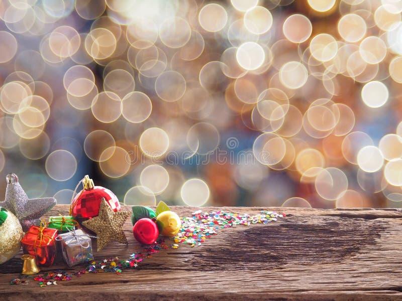 Vieux conseil et décorations en bois dans l'espace disponible pour placer des objets Conce de décoration de Noël de tache floue d photo stock
