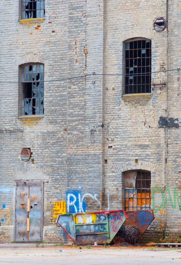 Vieux construction et conteneur abandonnés d'usine photo stock