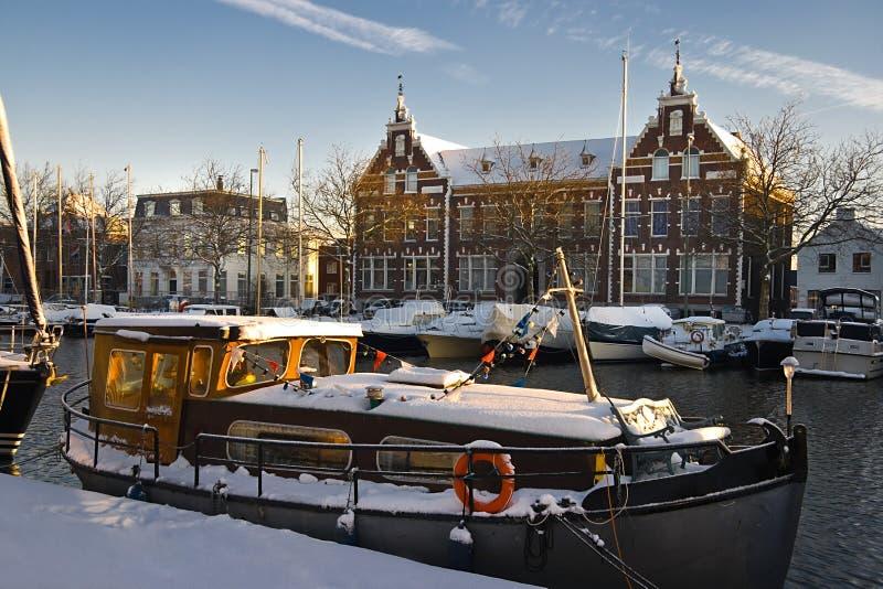 Vieux constructions et bateaux avec la neige photographie stock