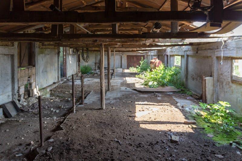 Vieux, construit du bois et de la brique, grange cassée abandonnée photo stock