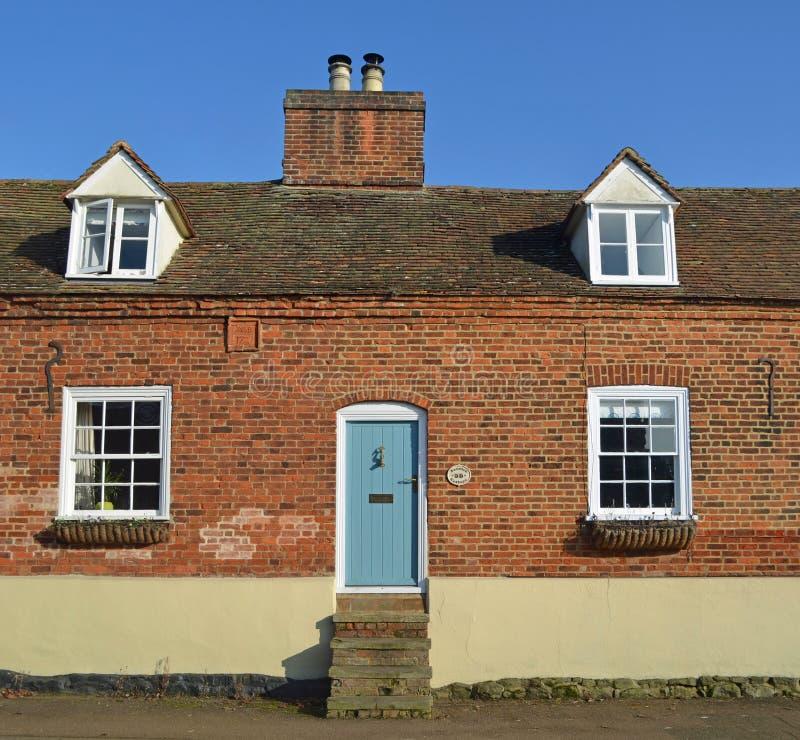 Vieux cottage avec des étapes à une entrée principale très élevée images stock