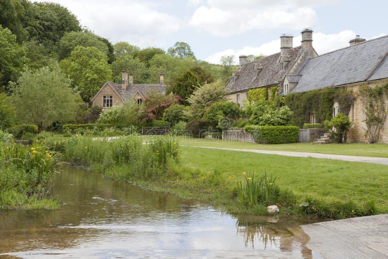 vieux cottages en pierre anglais par une rivi re dans la campagne photo stock image du haie. Black Bedroom Furniture Sets. Home Design Ideas