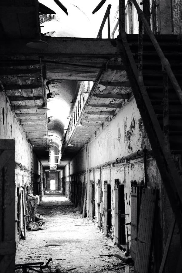 Vieux couloir historique et abandonné de bâtiment regardant le plafond images libres de droits