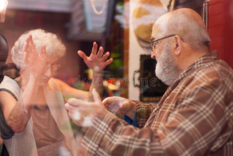 Vieux couples ayant un argument images libres de droits