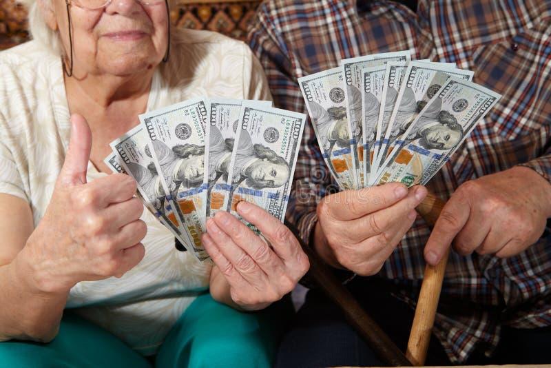 Vieux couples et argent images libres de droits
