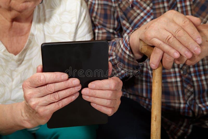 Vieux couples et comprimé photographie stock libre de droits