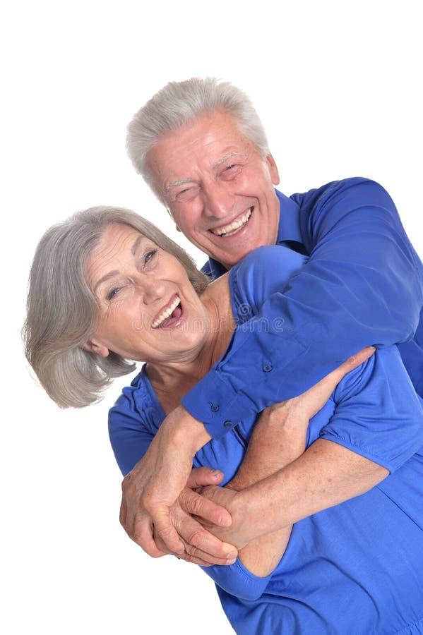 Vieux couples heureux embrassant sur un fond blanc photo libre de droits