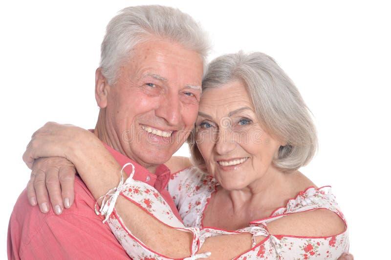 Vieux couples heureux embrassant sur un fond blanc images libres de droits
