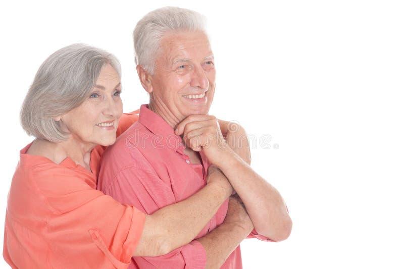 Vieux couples heureux embrassant sur un fond blanc image stock
