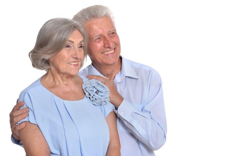 Vieux couples heureux embrassant sur un fond blanc photo stock