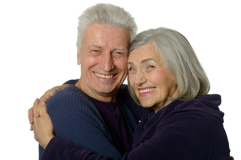 Vieux couples heureux embrassant sur un fond blanc image libre de droits