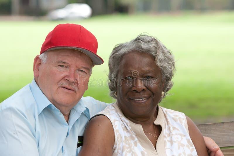 Vieux couples multiraciaux dans l'amour photos libres de droits