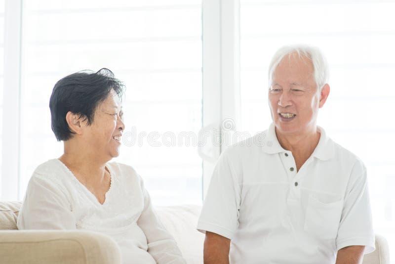 Vieux couples parlant à la maison photographie stock