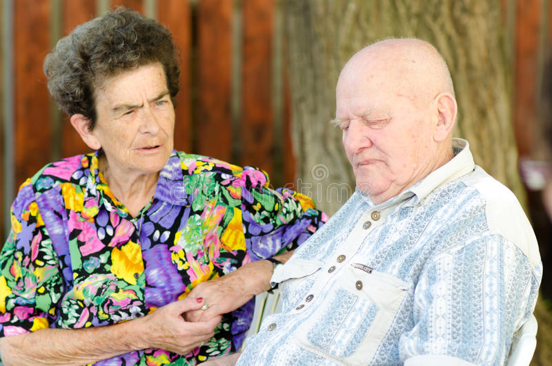 Vieux couples supérieurs extérieurs image stock