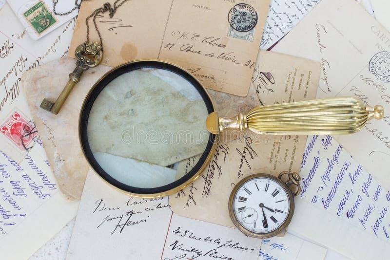 Vieux courrier avec le vieux verre de conclusion images stock