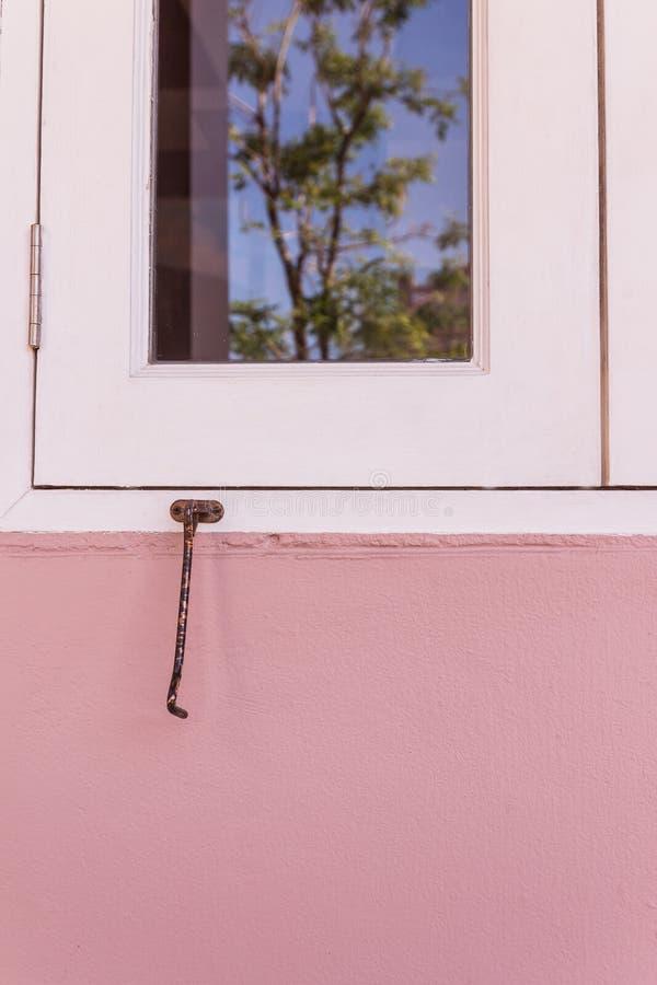 Vieux crochet de fenêtre, style Chino-portugais photo stock