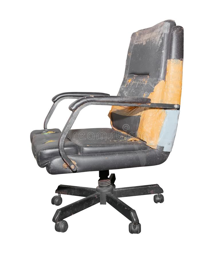 Vieux cuir et sale de dommages de chaise noire de bureau d'isolement sur le fond blanc, avec le chemin de coupure image stock