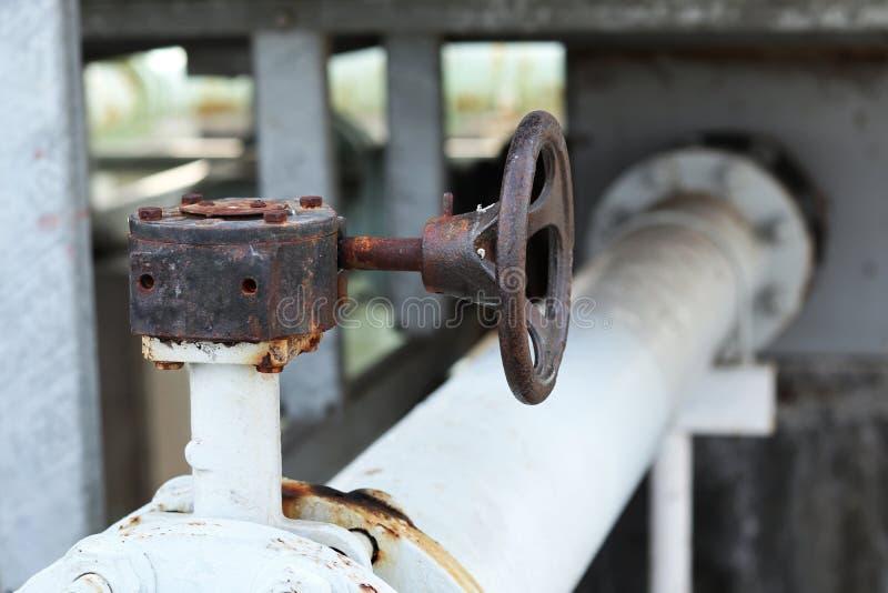 Vieux déclencheur manuel de valve photographie stock