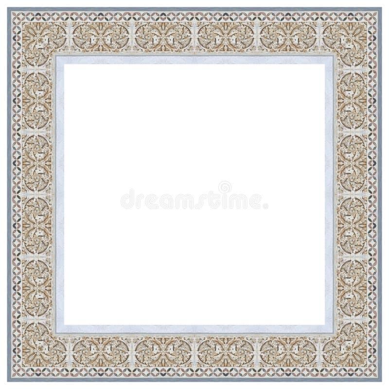 Vieux a découpé le cadre en pierre, sur le fond blanc pour la sélection facile, pris de la frise médiévale de la façade de la cat image stock