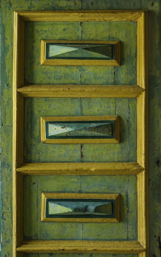 Vieux détail décoré unique de porte en bois en vert fané historique de Sicile image libre de droits