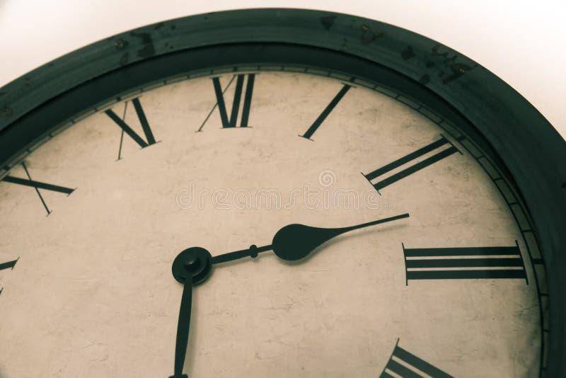 Vieux détail d'horloge de cru avec le cadre en bois Photo avec le filtre de coluor pour le regard antique photo libre de droits